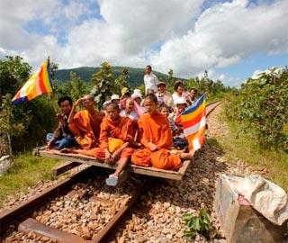 Прокатится на Бамбуковом Поезде в Камбодже