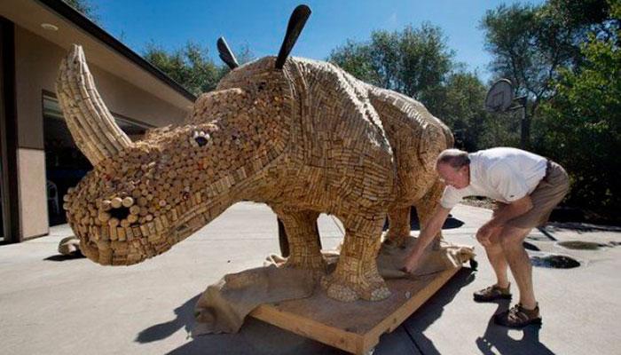 Гигантский Носорог из Винных Пробок –
