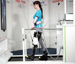 Toyota представила роботизированную платформу Welwalk WW-1000 для парализованных людей