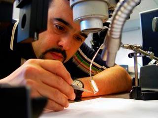 Месут Шахин, биоинженер NJIT, работает над разработкой и тестированием встроенных микро-электрических стимуляторов для людей с травмами спинного мозга.