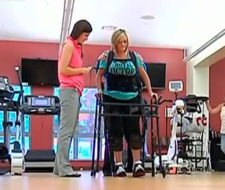 Экзоскелет Помогает Больным с Травмой Спинного Мозга Ходить