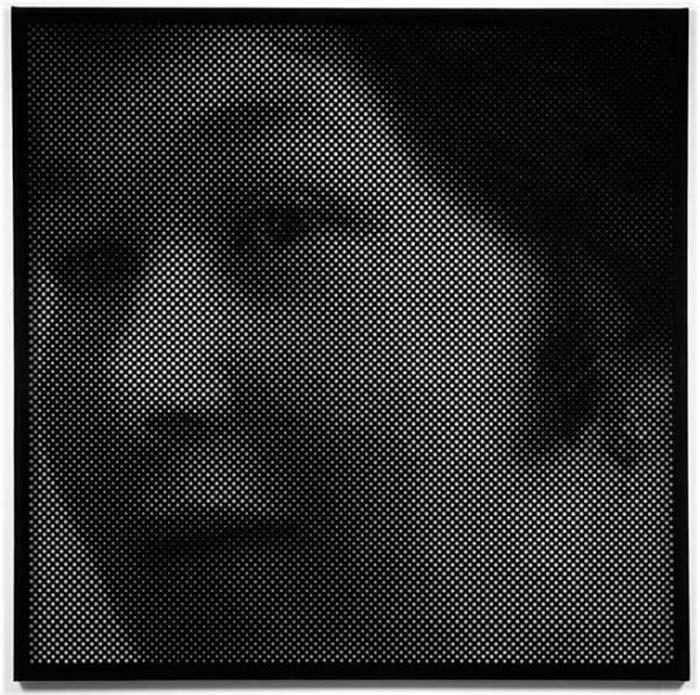 Монохроматические Портреты из Тысяч Крошечных Отверстий