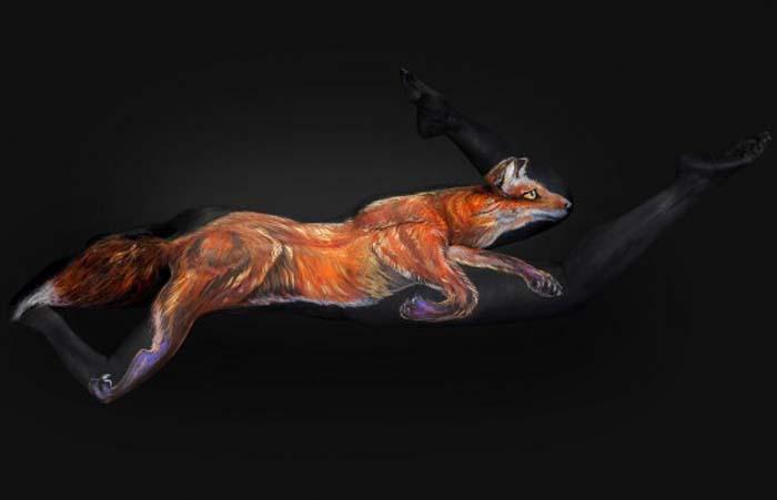 Художник превращает живые человеческие тела в холсты с портретами животных