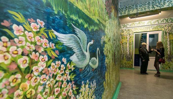 90-летний сторож превращает школу в художественную галерею