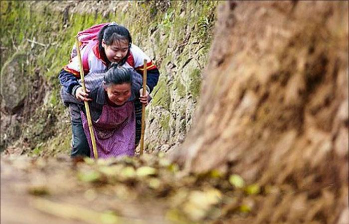Китайская Бабушка, Носит на Плечах в Школу Внучку Инвалида